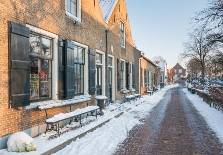 Kleine historische Nederlands dorp bedekt met sneeuw. Stockfoto - 17387282