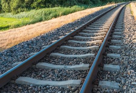Gebogen single track spoor in een landelijke omgeving.