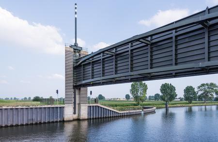 Deze stormvloedkering is een waterbouwkundige werken in de zeer grote Nederlandse Deltawerken