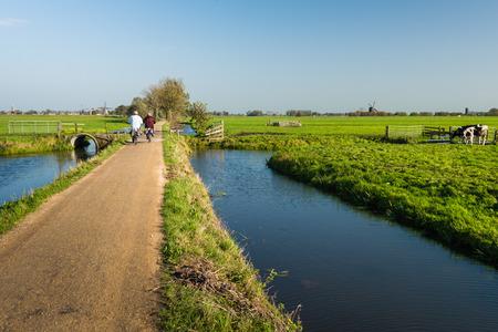 Nederlandse polderlandschap in het begin van de moprning op een zonnige dag in de herfst seizoen.