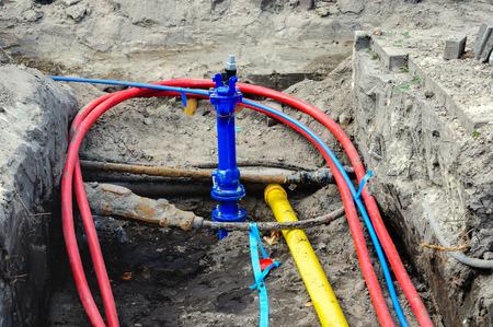 カラフルな地下ケーブルおよびオランダの住宅プロジェクトに本管を接続します。