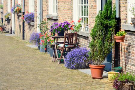 Kleurrijke bloemen voor historische gevels van het Begijnhof in de Nederlandse stad Breda.