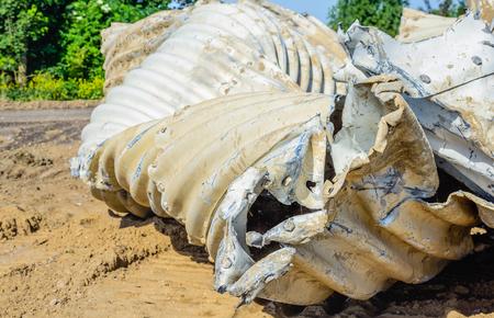 Nahaufnahme des alten und schmutzigen Wellblech verzerrt und in einem Naturschutzgebiet angehäuft.
