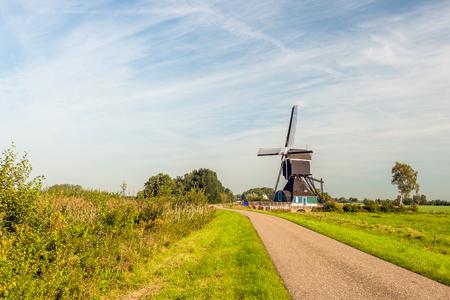 Holländische Landstraße mit einer hohlen Poldermühle aus Holz von 1762, 1953 restauriert. Die Mühle ist heute ein nationales Denkmal und wird nicht mehr als Poldermühle genutzt.
