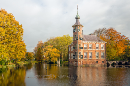 The Bouvigne castle in the Dutch city of Breda dates from the 15th century. Since then it has often been rebuilt and restored. The national monument is now used as an office for a public institution and it is also an official wedding location of the Munic Editöryel