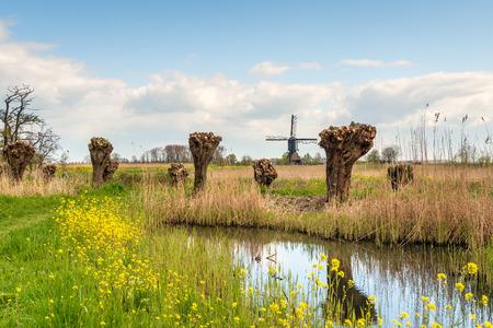 Le moulin à vent de Noordeveldse dans le village néerlandais de Dussen, dans le Brabant septentrional, est un moulin à poteaux creux en bois construit en 1795.