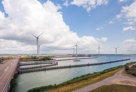 Windpark Krammer en westelijke ingang Krammersluizencomplex tussen het zoete water van het Volkerak en het zoute water van de Oosterschelde bij het Nederlandse dorp Bruinisse. Aan de linker weg N257. Stockfoto