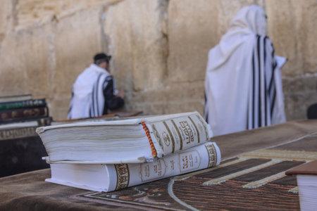 kippah: JERUSAL�N - 31 DE JULIO - Judios ortodoxos reza en el Muro Occidental, tras la oraci�n del libro Sidur - 31 de julio de 2013 a la ciudad vieja de Jerusal�n, Israel Este es el lugar m�s sagrado en la tradici�n jud�a