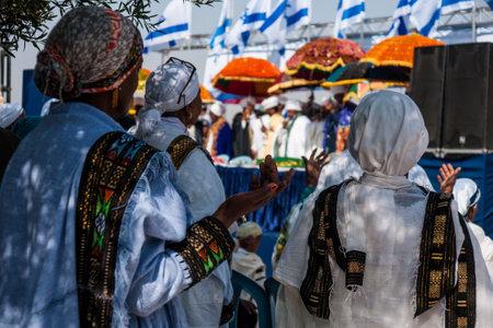 JERUZALEM - 31 oktober 2013: Ethiopische Joodse vrouwen bidden in de voorkant van de Kessim bij de Sigd in Jeruzalem, Israël. De Sigd is een jaarlijkse vakantie van de Ethiopische Joden.