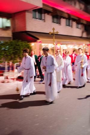 religion catolica: MONTE CARLO, M�NACO - 26 de enero 2015: La gente marcha como parte de la celebraci�n anual de Saint Devota, en Monte Carlo, M�naco. Santa Devota es el santo patrono de M�naco y C�rcega Editorial