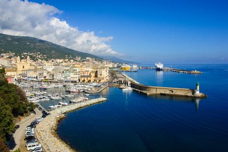 Szene aus dem alten Hafen (der Vieux Port) und dem Handelshafen, in Bastia, Korsika, Frankreich. Standard-Bild