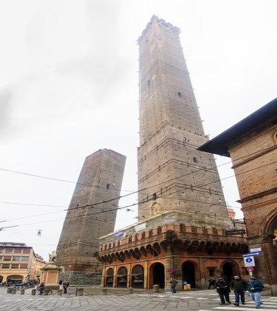 torri: BOLOGNA, ITALY - JAN 21, 2015: Scene of Piazza di Porta Ravegnana, the Towers of  Asinelli and Garisenda (Torri degli Asinelli e Garisenda), with local and tourists, in Bologna, Emilia-Romagna, Italy