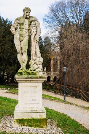 giardino: A statue in the Giardino Salvi garden, in Vicenza, Veneto, Italy Stock Photo