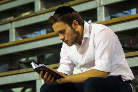 MERON ISR 6 mei 2015: Een orthodoxe Jood las een gebed boek op de jaarlijkse Hillulah van Rabbi Shimon Bar Yochai in Meron op Lag BaOmer Holiday. Het is een jaarlijkse viering bij het graf van Rabbi Shimon