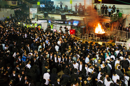 MERON ISRAEL  MAY 07 2015: A crowd of orthodox Jews attend and dance the annual hillulah of Rabbi Shimon Bar Yochai in Meron Israel on Lag BaOmer Holiday. 新聞圖片
