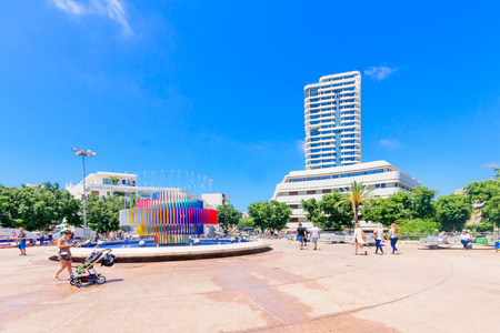 cinetico: TEL AVIV ISRAEL  MAY 15 2015: Scene of the Dizengoff Square and the Agam kinetic sculpture fountain with visitors in Tel Aviv Israel. Editoriali