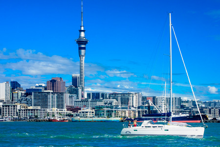 AUCKLAND NEW ZEALAND  APRIL 05 2010: Scene of the bay and skyline with the sky tower local boats and sailors in Auckland New Zealand 新聞圖片