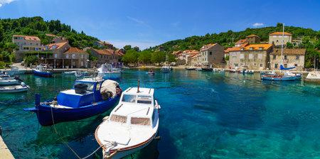 pescando: Sudurad, Croacia - 27 de junio, 2015: Escena del puerto pesquero, con barcos, lugare�os y turistas, en el pueblo Sudurad, Sipan Island, una de las islas Elaphiti, Croacia