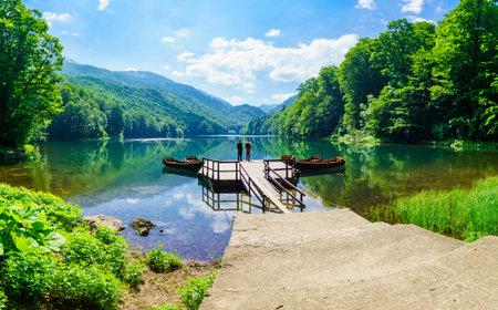 pescador: Kolasin, Montenegro - 02 de julio 2015: El pescador en un muelle en jezero lago Biograd Biogradsko, parque nacional Biogradska Gora, Montenegro Editorial