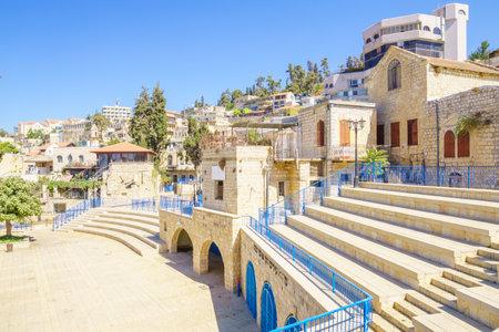 SAFED, ISRAEL - 18 september 2015: Een steeg in de kunstenaar wijk, met lokale galeries en andere bedrijven, in Safed, Israël