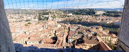 ヴェローナ、イタリア、ヴェネト州のトーレ ・ デイ ・ ランベルティの塔の] ウィンドウでネット経由でヴェローナの歴史的中心部のパノラマ ビュ