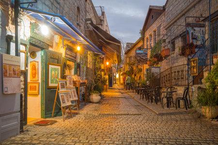 Safed, Izrael - 17 listopada 2015: Sunset sceny w sojusznika w dzielnicy żydowskiej, z lokalnymi firmami, w Safed, Izrael Tzfat