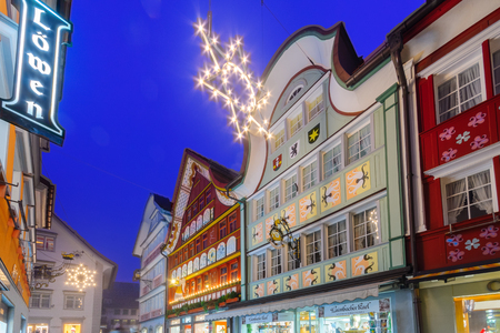 APPENZELL, SWITZERLAND - DECEMBER 30, 2015: Evening scene with painted houses, Christmas decorations, in Appenzell, Switzerland 新聞圖片