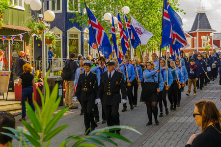 AKUREYRI, ICELAND - JUNE 17, 2016: Locals and visitors attend the Independence Day parade in the main street of Akureyri, Iceland 新聞圖片