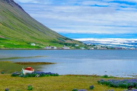 風景とイザフジョルダー町、西部フィヨルド地域、アイスランドのビュー 写真素材 - 63470991