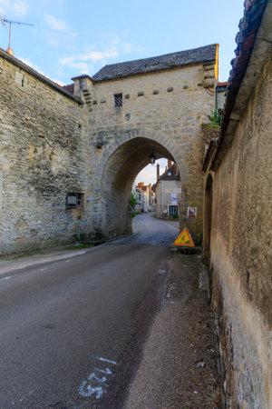 NOYERS-SUR-SEREIN, FRANCE - 11 octobre 2016: Coucher de soleil vue de la porte du nord (La Porte de Tonnerre), dans le village médiéval de Noyers-sur-Serein, Bourgogne, France Éditoriale