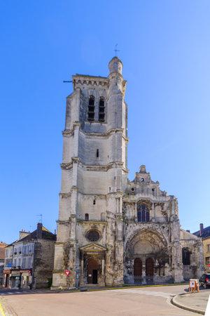Tonnerre, france - 12 octobre 2016: l'église Notre-Dame, à Tonnerre, Bourgogne, France Éditoriale