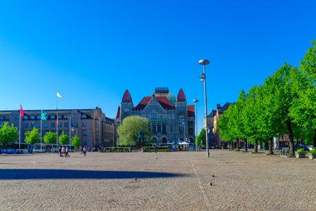 suomi: HELSINKI, FINLAND - JUNE 15, 2017: Scene of the Railway Square (Rautatientori), with locals and visitors, in Helsinki, Finland