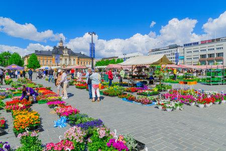 suomi: KUOPIO, FINLAND - JUNE 19, 2017: Scene of Kuopio Market Square, with stalls, the town hall, locals and visitors, in Kuopio, Finland