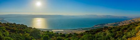 Panoramiczny widok na Morze Galilejskie (jezioro Kinneret), od wschodu, w północnym Izraelu