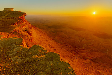 Sunrise view of Makhtesh (crater) Ramon, in the Negev Desert, Southern Israel. It is a geological landform of a large erosion cirque 免版税图像