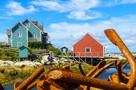 Avis d'ancres rouillées et maisons colorées, dans le village de pêcheurs Peggys Cove, Nouvelle-Écosse, Canada