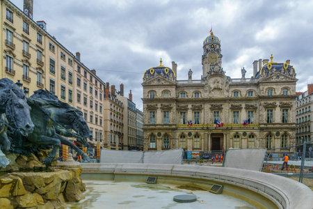 Lyon, Frankreich - 09. Mai 2019: Der Terreaux-Platz, der Bartholdi-Brunnen und das Rathaus (Hotel de Ville), mit Bauarbeitern, in Lyon, Frankreich