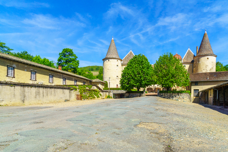 Quincie-en-Beaujolais, France - May 07, 2019: View of the Chateau de Varennes, in Beaujolais, Rhone department, France Imagens - 124912808