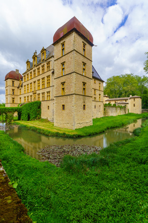 Fareins, France - May 05, 2019: View of the chateau de Flecheres and its gardens, Ain department, France Imagens - 124912865