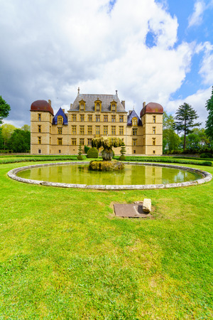 Fareins, France - May 05, 2019: View of the chateau de Flecheres and its gardens, Ain department, France Imagens - 124912879