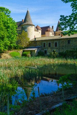 Quincie-en-Beaujolais, France - May 07, 2019: View of the Chateau de Varennes, in Beaujolais, Rhone department, France Imagens - 124912901