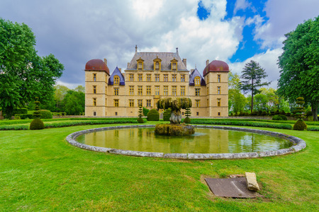 Fareins, France - May 05, 2019: View of the chateau de Flecheres and its gardens, Ain department, France Imagens - 124912921