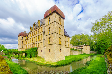 Fareins, France - May 05, 2019: View of the chateau de Flecheres and its gardens, Ain department, France Imagens - 124912930