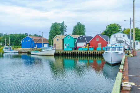 Vista del muelle, barcos de pesca y casas coloridas, en Kensington, Prince Edward Island, Canadá Foto de archivo
