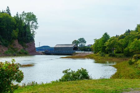 Vista del ponte coperto (#1) con l'alta marea, a St. Martins, New Brunswick, Canada