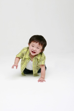 baby crawling: Ni�o feliz