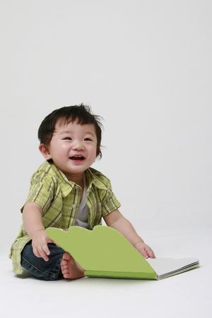 infante: Ni�o lindo que sostiene un libro