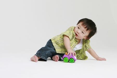 juguete: Ni�o lindo jugar Foto de archivo