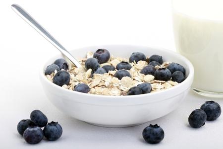 avena en hojuelas: Desayuno sano del muesli con arándanos frescos