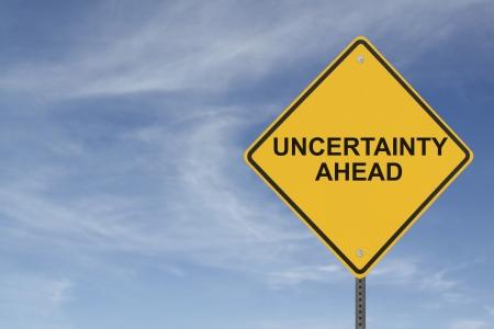 incertezza: Incertezza Ahead firmare su un cielo blu con nuvole di sfondo
